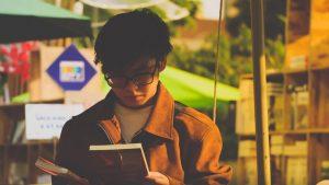 9 Alasan Cowok yang Kutu Buku Menjadi Pacar dan Suami Idaman