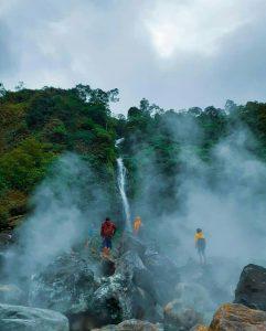 Curug Cikawah, Menikmati Perpaduan Kawah dan Air Terjun di Bogor