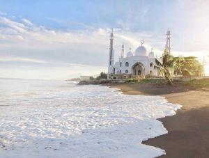 Pantai Muaro Padang, Destinasi Religi Sambil Mantai di Padang
